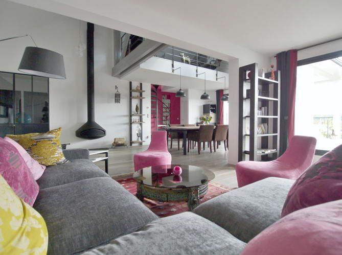 Maison contemporaine salon cheminee par le constructeur france maisons escalier escalier - Cheminee interieur maison ...