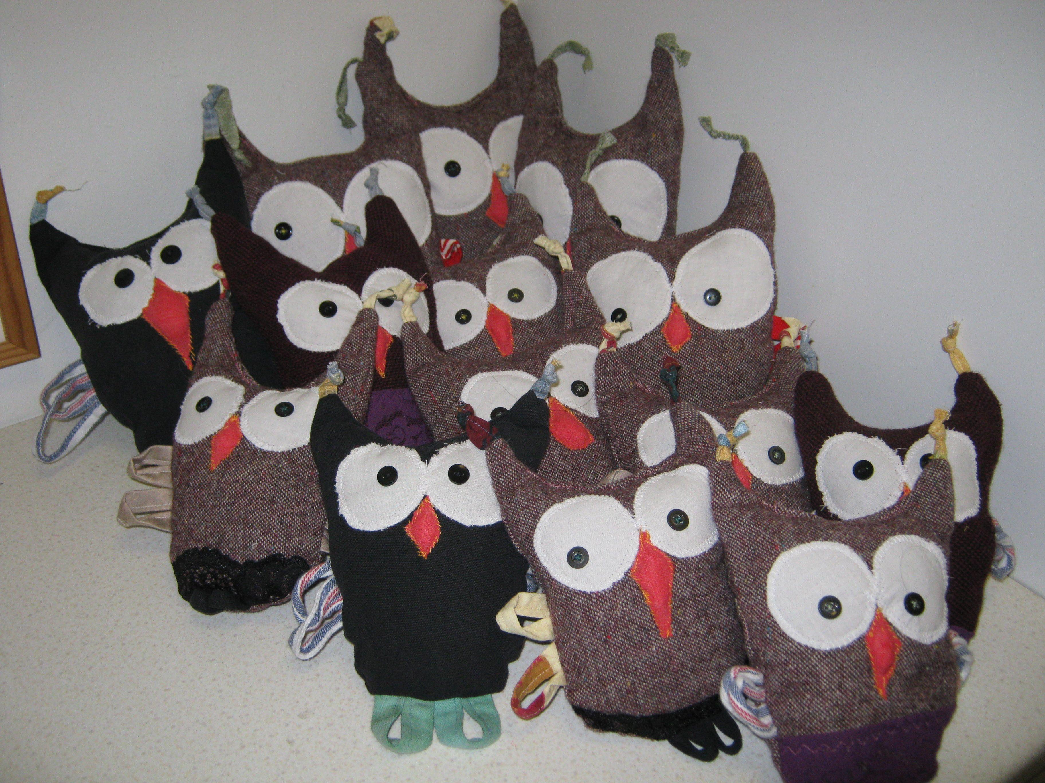 Pöllöjä, ommeltu kierrätysmateriaaleista. Osa parvesta on jo muuttanut uuteen kotiin.     ( pöllö, pöllöt, pehmolelu, pehmolelut )