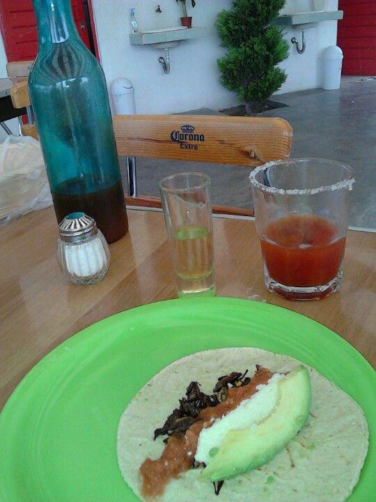 Taco de chapulines con tequila y sangrita casera