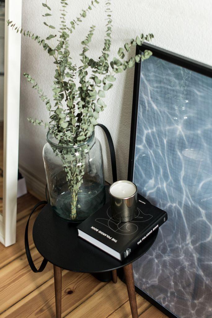 wohnzimmer update mit mycs nussbaum tisch und juniqe endless - moderne wohnzimmer pflanzen