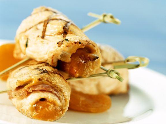 Mit Aprikosen gefüllte Putenröllchen ist ein Rezept mit frischen Zutaten aus der Kategorie Pute. Probieren Sie dieses und weitere Rezepte von EAT SMARTER!