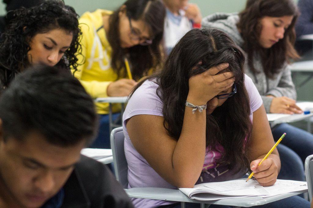 MEXICO, D.F., 30MAYO2015.- 87,789 aspirantes al la educación superior presentarán entre hoy y mañana el examen de ingreso a alguna de las opciones educativas ofrecidas por el Instituto Politécnico Nacional. En la imagen, algunos de los aspirantes en Esime Zacatenco esta mañana. FOTO: DAVID POLO /CUARTOSCURO.COM