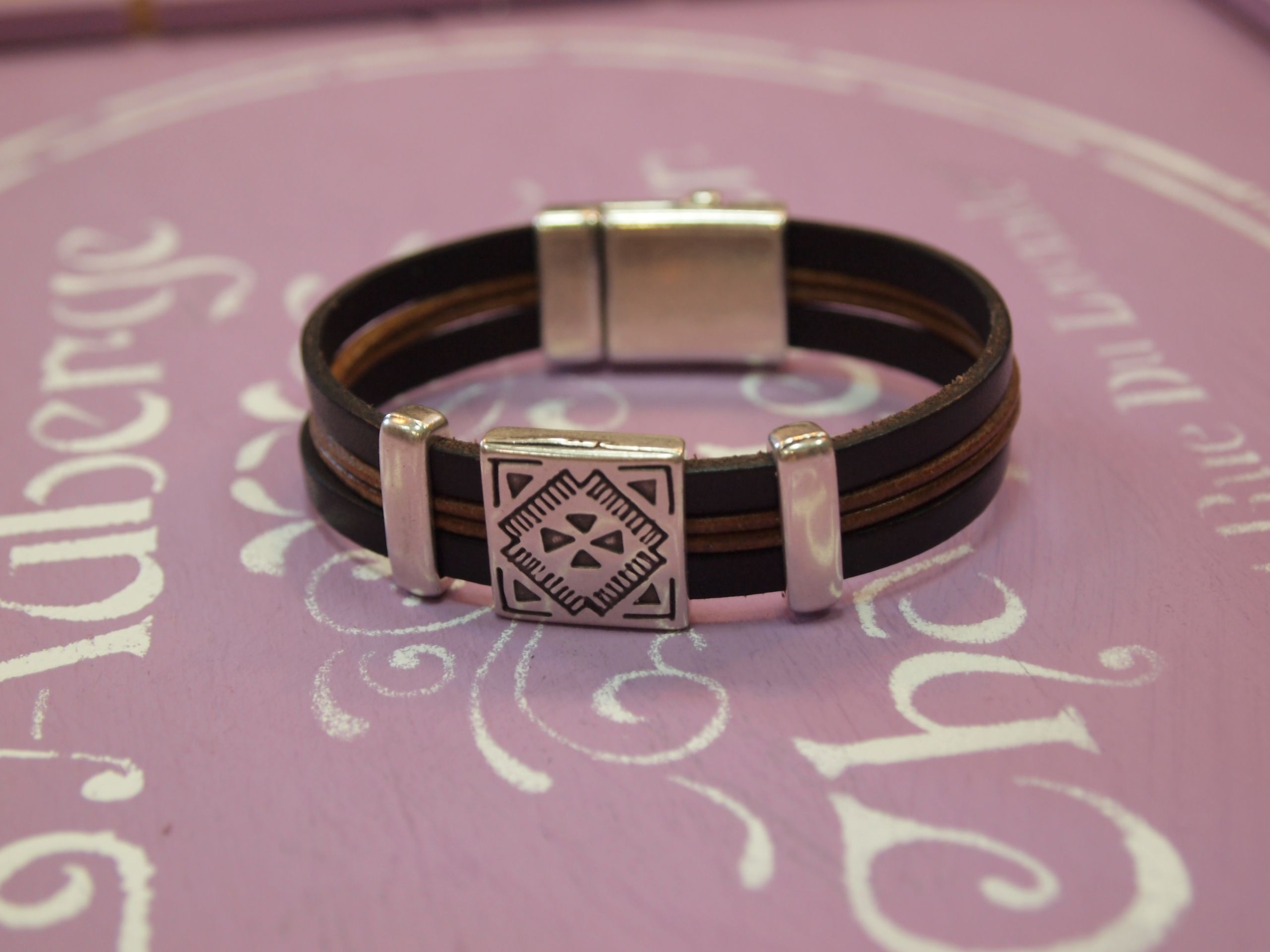 f8998c7ba624 Pulsera de cuero y pasadores de Zamak. Cierre de imán. www.manosycolores.es