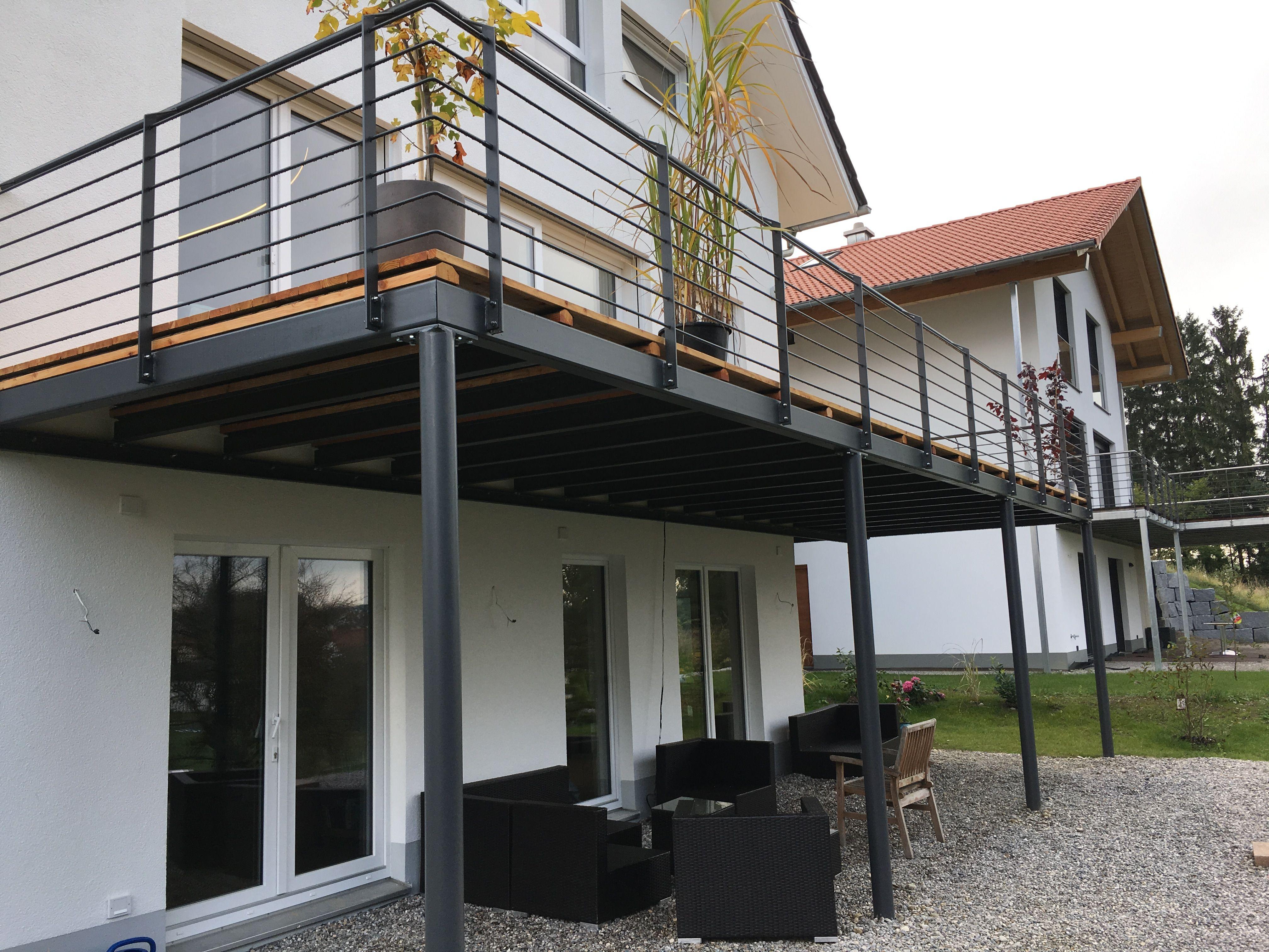 stahlbalkon mit holzdeck fichtl haus balkon in 2019 pinterest balkon terrasse holz und. Black Bedroom Furniture Sets. Home Design Ideas