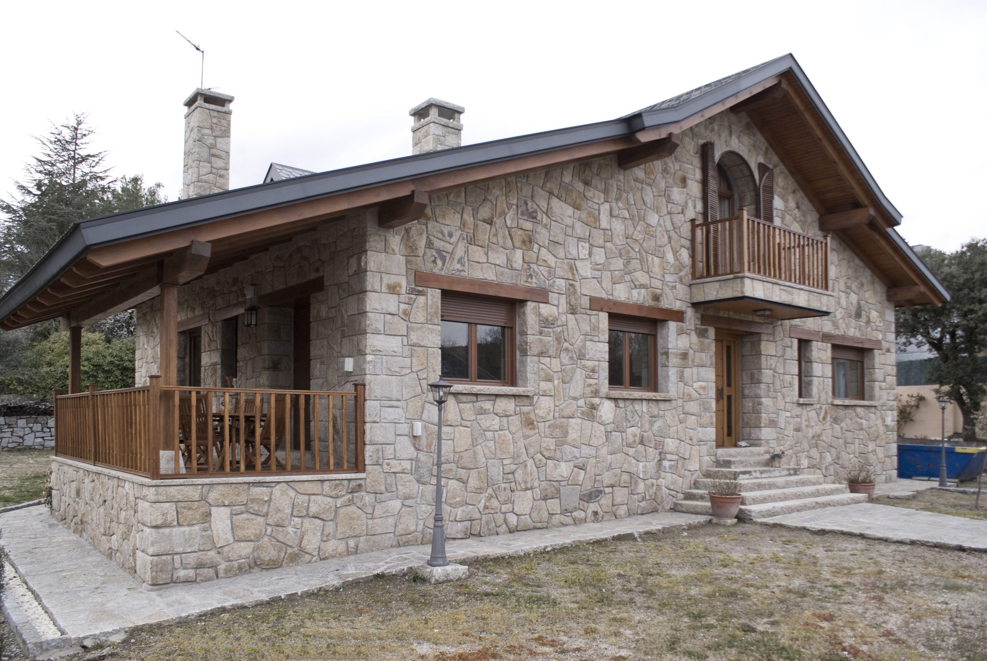 Casas rustico balcon exterior porche sillas mesas for Lamparas porche exterior