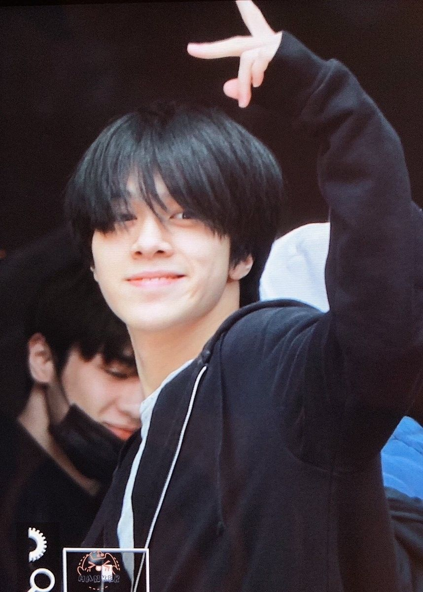 Hendery #WayV #NCT little face of who just woke up