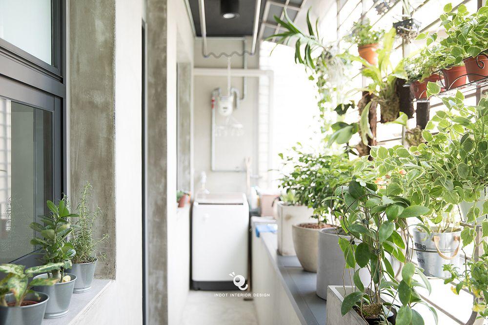這只是一個40年老屋的後陽臺 只用了一點綠色植栽就讓這個陽臺與廚房變很不一樣 與對面鄰居過近的問題也 ...
