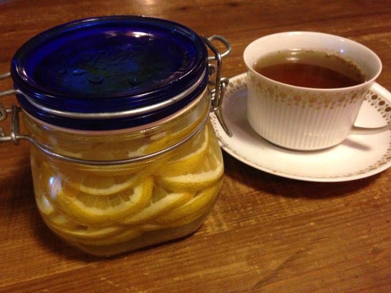 il limone sotto zucchero è semplicissimo da preparare, non necessita di cottura ed è pensato a chi ama il te al limone , o per guarnire dolci o gelati