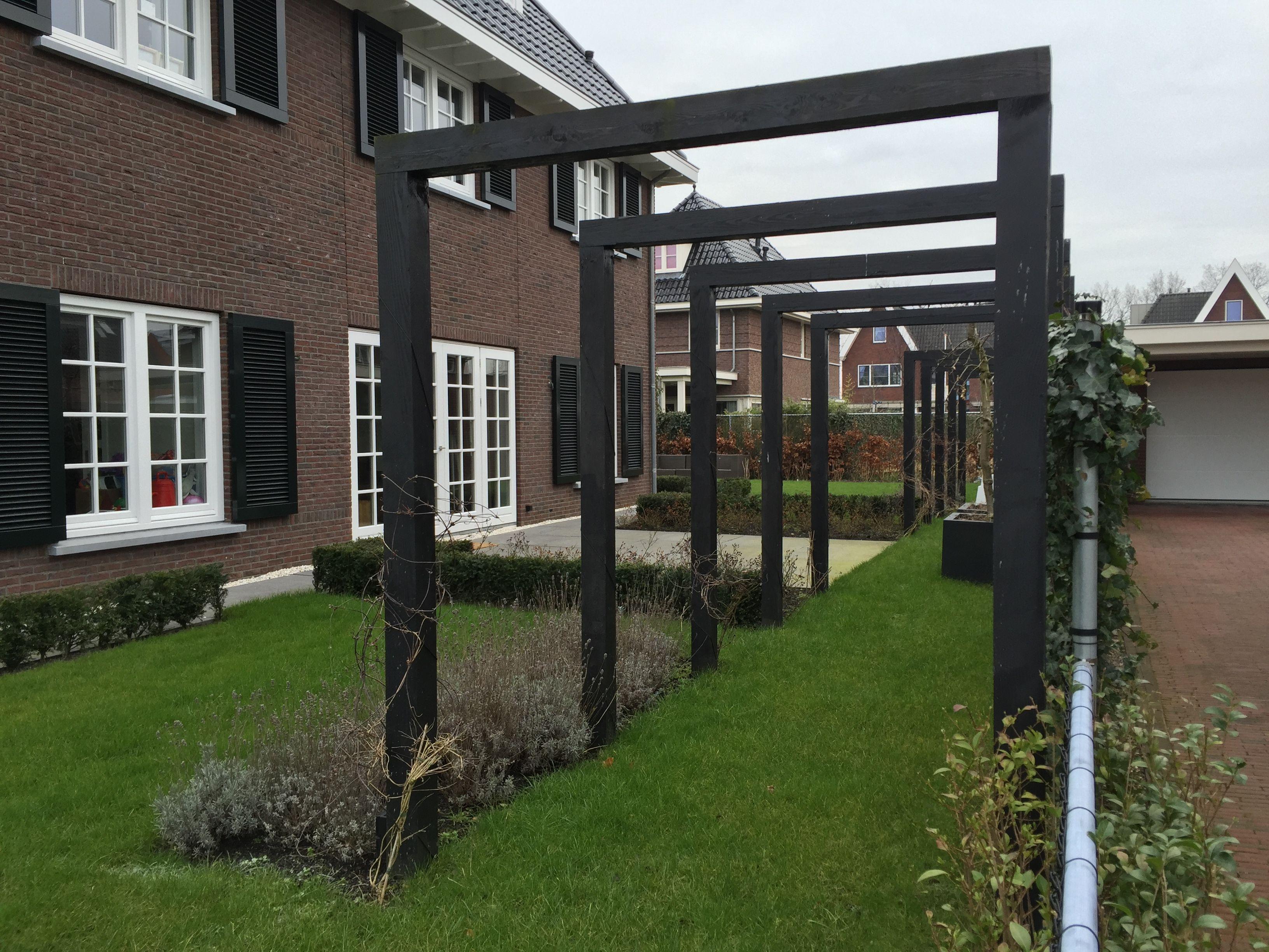 Zwarte pergola loofgang in eigentijdse tuin outside