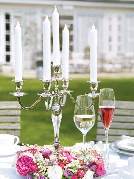 Romantische tischdeko kerzenst nder mit blumenkr nzen - Kerzenstander dekorieren ...