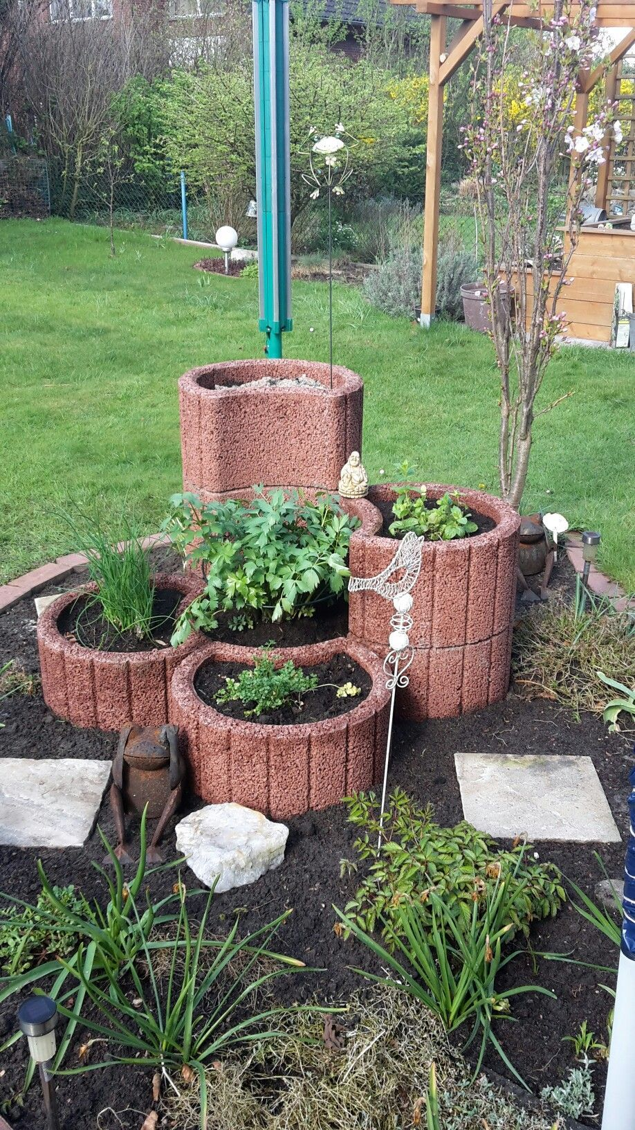 Hochbeet Krauterbeet Aus Pflanzsteinen Krautergarten Jetzt Macht Das Ernten Spass In 2020 Herb Garden Pallet Plants Herb Garden