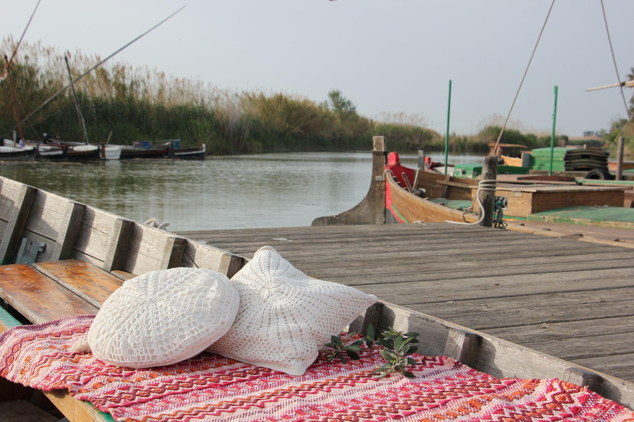 Paseos Románticos En Barca Por La Albufera De Valencia Plan Romántico En Un Lago Con La Barca De Madera Y Decorada Para Ca De Madera Parques Nacionales Madera