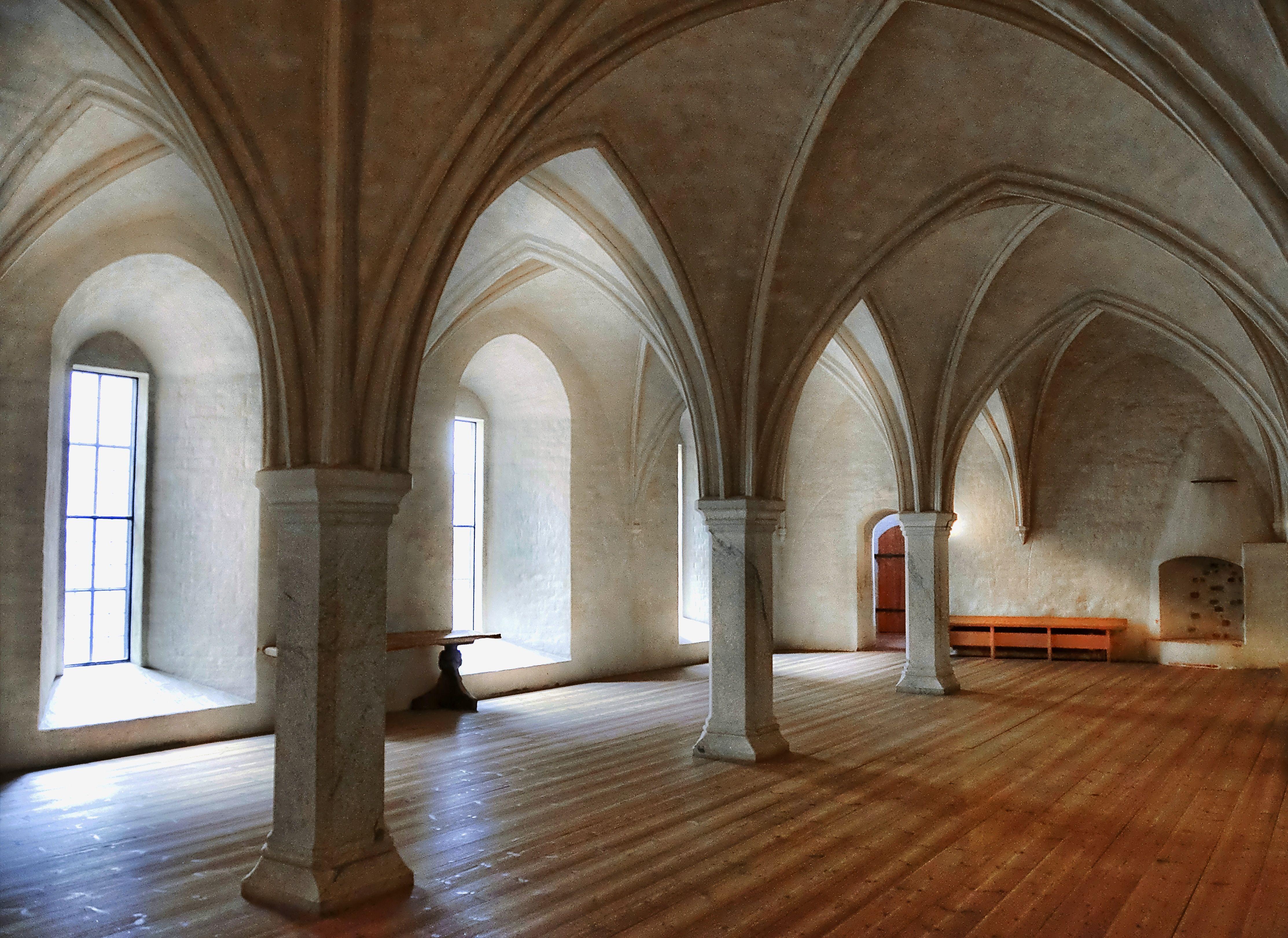 inside a castle description kings hall inside the castle. Black Bedroom Furniture Sets. Home Design Ideas