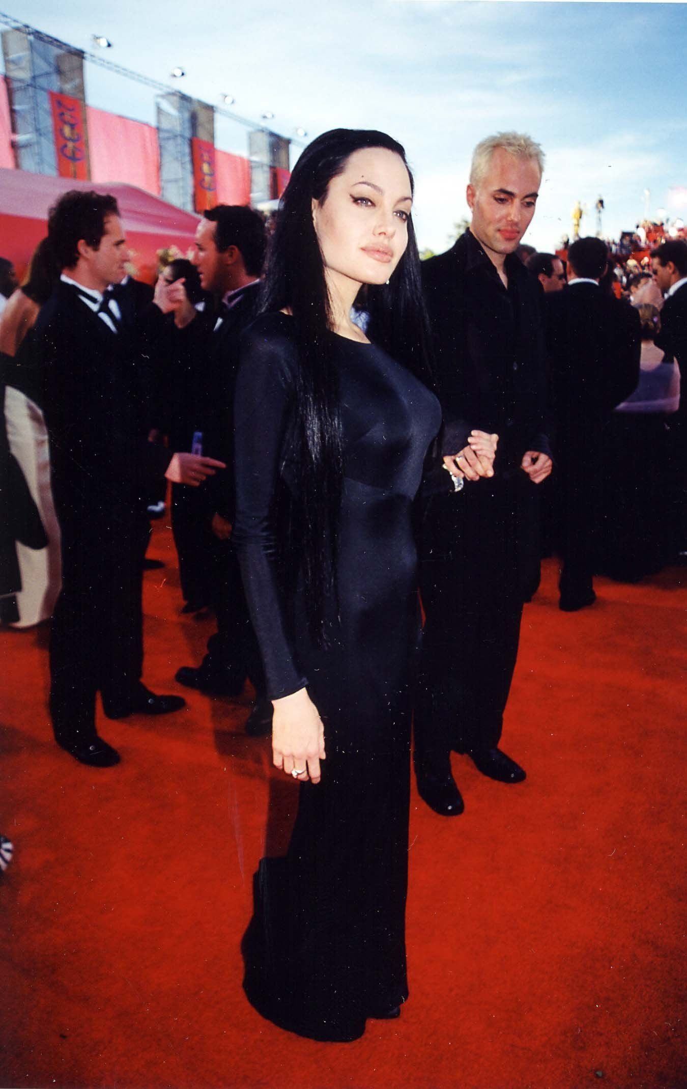 72nd Academy Awards - March 26th 2000 - 041 - Angelina Jolie Fan Photo Gallery | Angelina Jolie Fansite Gallery