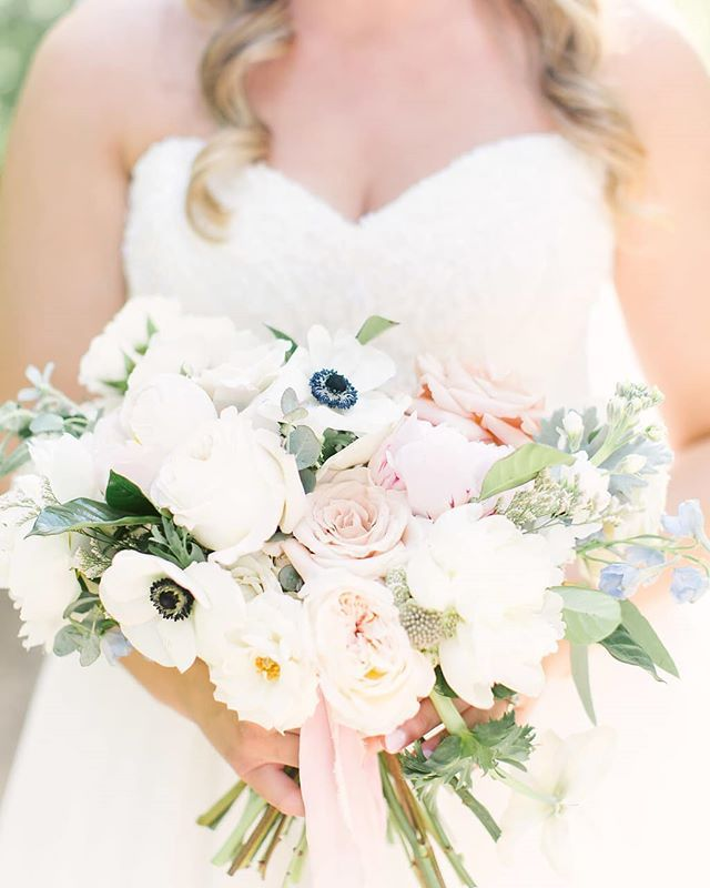 We Are Absolutely Loving This Simple Bouquet With Pops Of