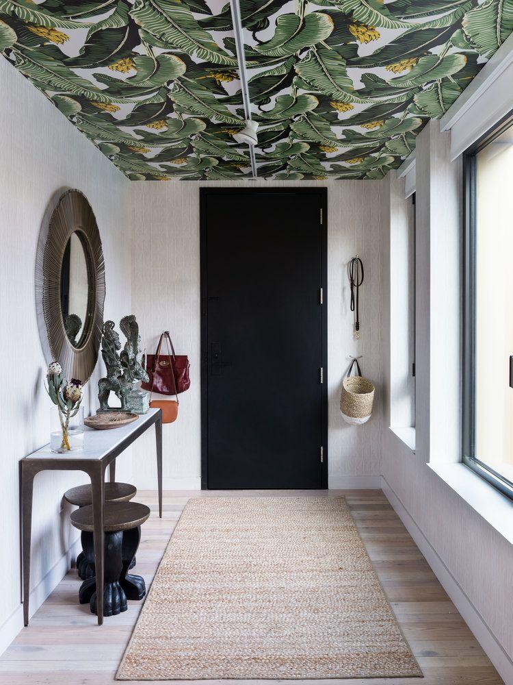 Une entrée avec papier peint au plafond Entrée et couloir