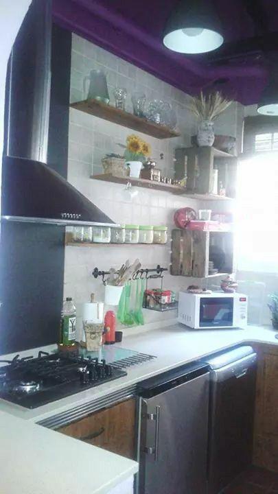 Mi cocina rustica. Bobedas en el techo, vigas vistas y decoracion de la pared sin armarios.