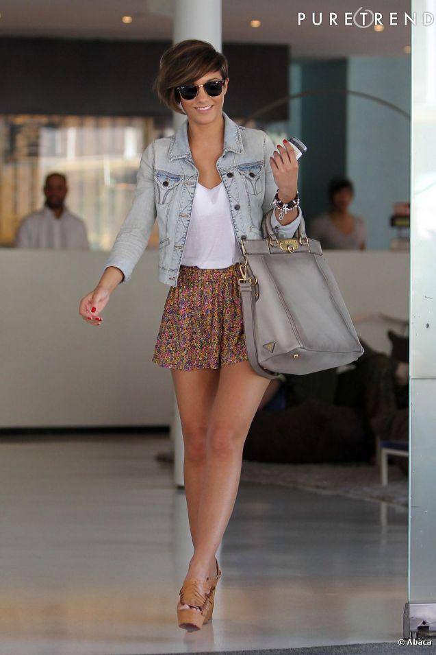 PHOTOS – Mini jupe liberty, veste en jean old school et it bag Prada, la chanteuse a tout bon.