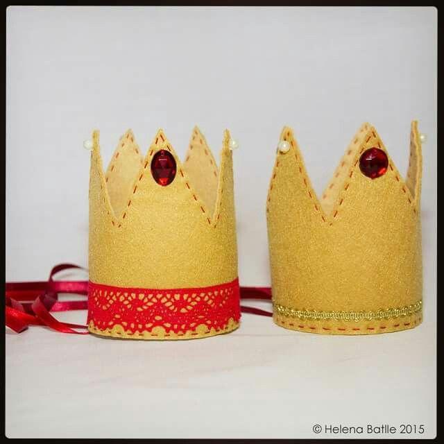 Coronas para principes y princesas... Colección Sant Jordi 2015 Fotografia : @lena71  #esunmonmagic #exclusivo #exclusiu #exclusive #regalospersonalizados #regalosdivertidos #regalosoriginales #hechoamano #handmade #fetama #feltre #felt #fieltro #detalls #detalles #santjordi #santjordi2015 #santjordimataro #mataro #corona #helenapixel