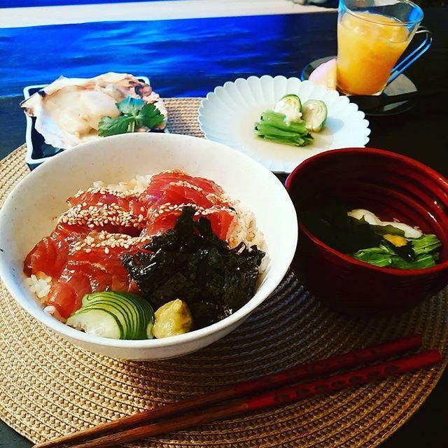 pokke0725#晩ごはん#おうちごはん#和食  鮪づけ丼 みつ葉と芽キャベツの冷やし生姜あん 焼き帆立 吸物(たたき長芋.水菜.若布) いよかんゴロゴロゼリー  もう吸口は黄柚子ではないかな。  芽キャベツがとても甘かった みつ葉って栄養素がすごいんです あしらいだけではもったいない。