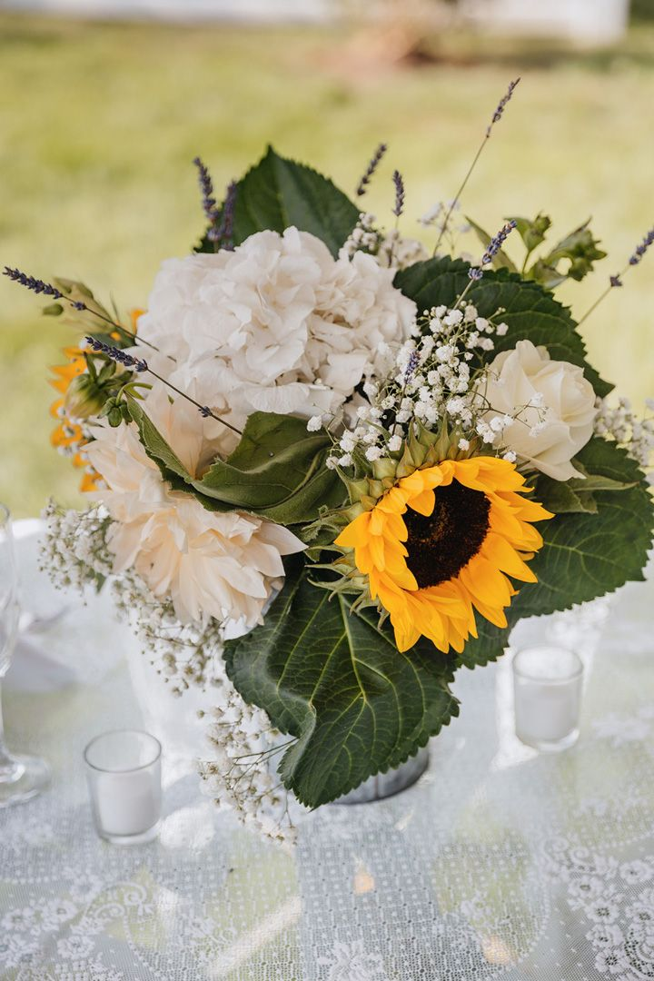 Wedding reception by the pool - sunflower themed wedding | backyard wedding| fabmood.com #wedding #backyardwedding #fallwedding #sunflowerthemed