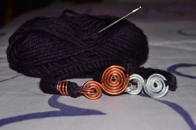 """Bracciali """"TricoWire"""" in lana e alluminio.  """"TricoWire"""" bracelets, with aluminum and wool"""