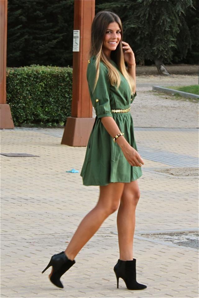 Vestido negro con botines verdes