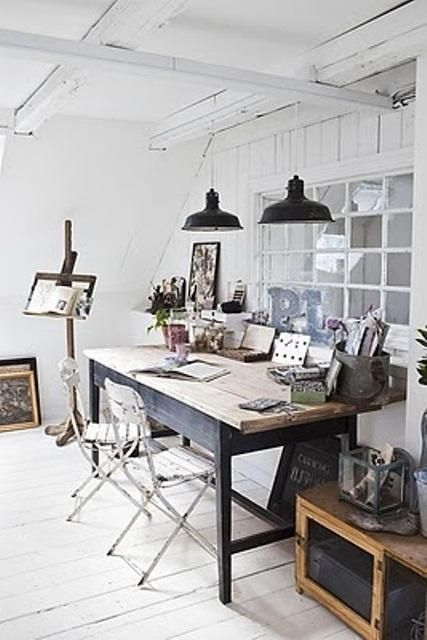 Roikkuvat lamput pöydän päälle