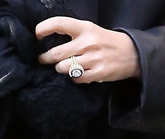 Looking The Up Close Shot Of Mary Kate Olsen S Engagement Ring Here You Go Marykate Celebrityengagements Belloria