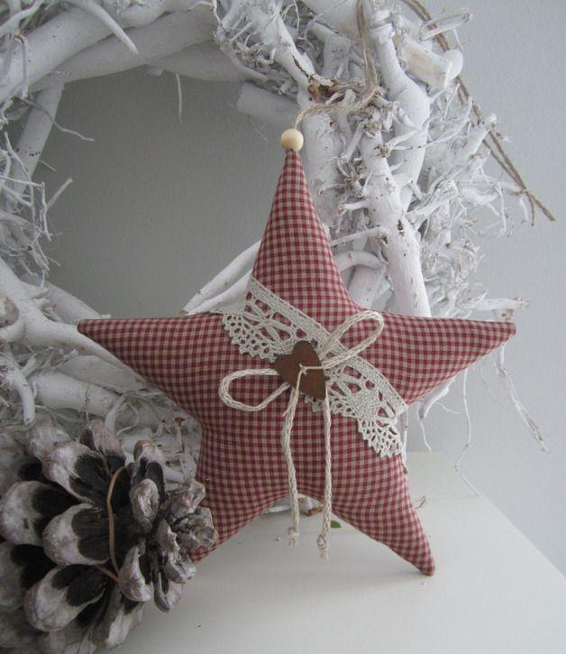 *Stern klein*  Ein Weihnachtsstern, mit Klöppelspitze, Leinenkordel und rostigem Herzen verziert, für Deine Weihnachtsdeko.  Gern auch in anderen Größen.  Aufhängeband: Juteschnur mit...