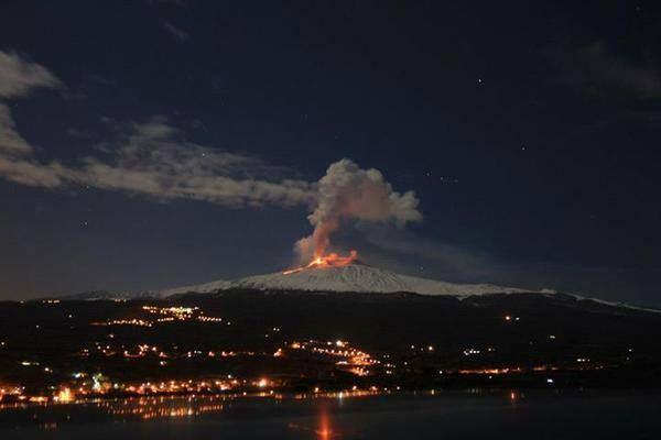 I fuochi di fine anno dell'Etna. Pioggia di cenere e polvere su ... Ragusa etna_erutta3