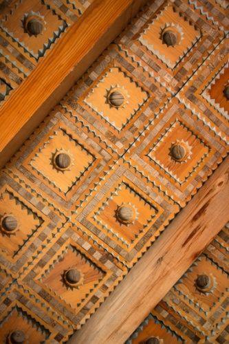 Parcialmente construído, o teto de madeira entalhada à mão na casa de Isabro Ortega, um entalhador autodidata. Ortega trabalha em sua residência há 30 anos em Truchas, Novo México (EUA), e brinca que ainda pode ser que leve mais 30 anos para terminá-la