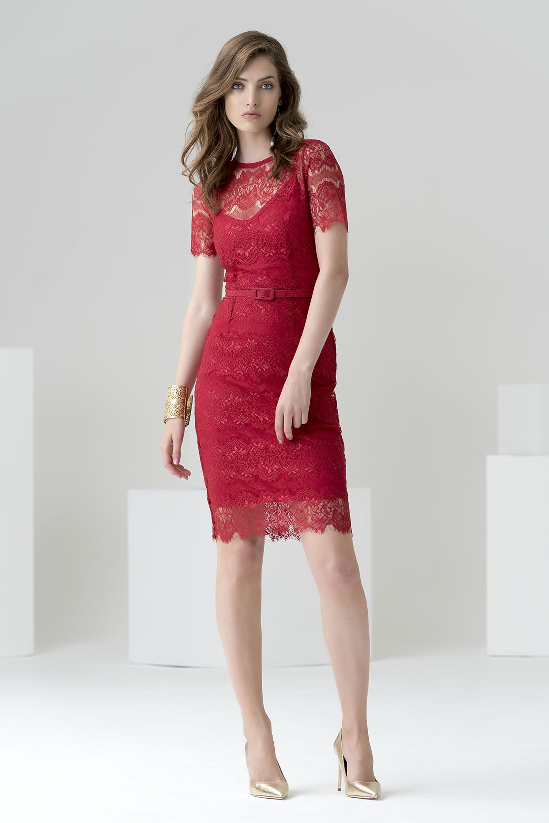 e94d1aea8 Vestido de fiesta corto ajustado de cóctel en color rojo con cinturón.