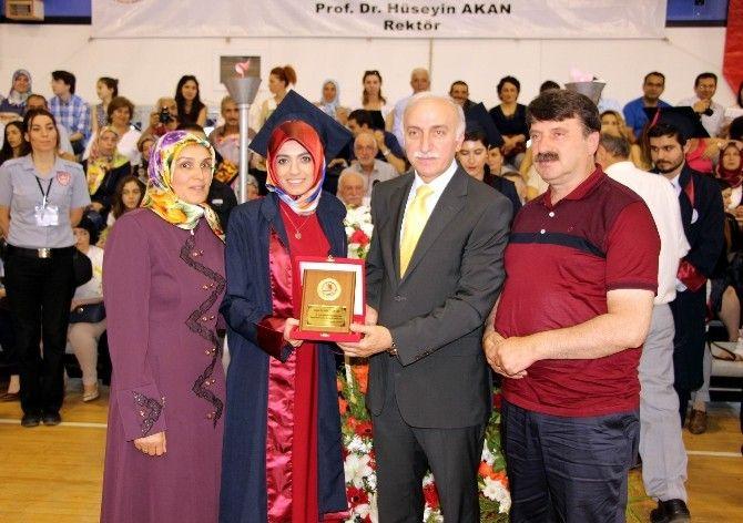 Tip Mezunlari Diplomalarini Doktor Olan Anne Babalarindan Aldi Academic Dress Dresses Fashion