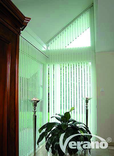 Verticale lamellen van Verano zijn ook leverbaar voor schuin lopende raampartijen. Accuraat opmeten is hierbij wel een must!