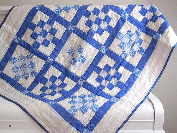 Modern quilt / Baby quilt / royal blue and white quilt / quilted play mat / quilted by EfkaQuilts / Courtepointe moderne / courtepointe pour bébé / courtepointe bleu royal et blanche