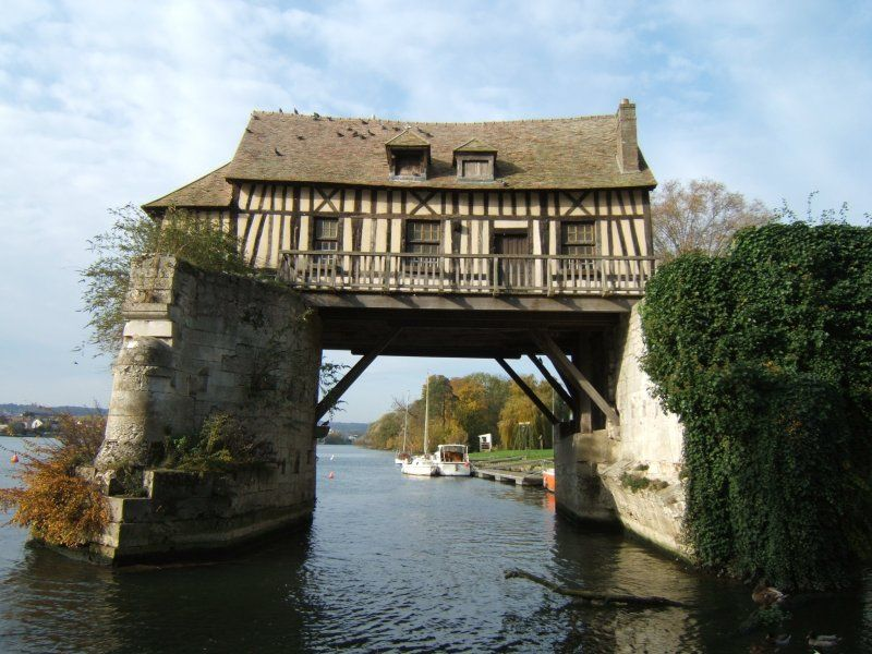 This bizarre house overhanging the Seine river in Vernon, 5 km from Giverny, surprises and puzzles many visitors. It once was a mill. The wheel doesn't exist anymore. In the Middle Ages, mills were built on bridges.