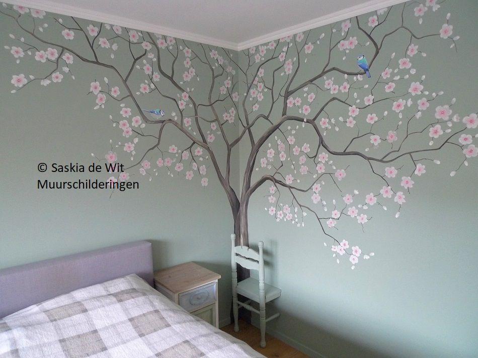 Muurschildering boom met bloesem en pimpelmeesjes door saskia de