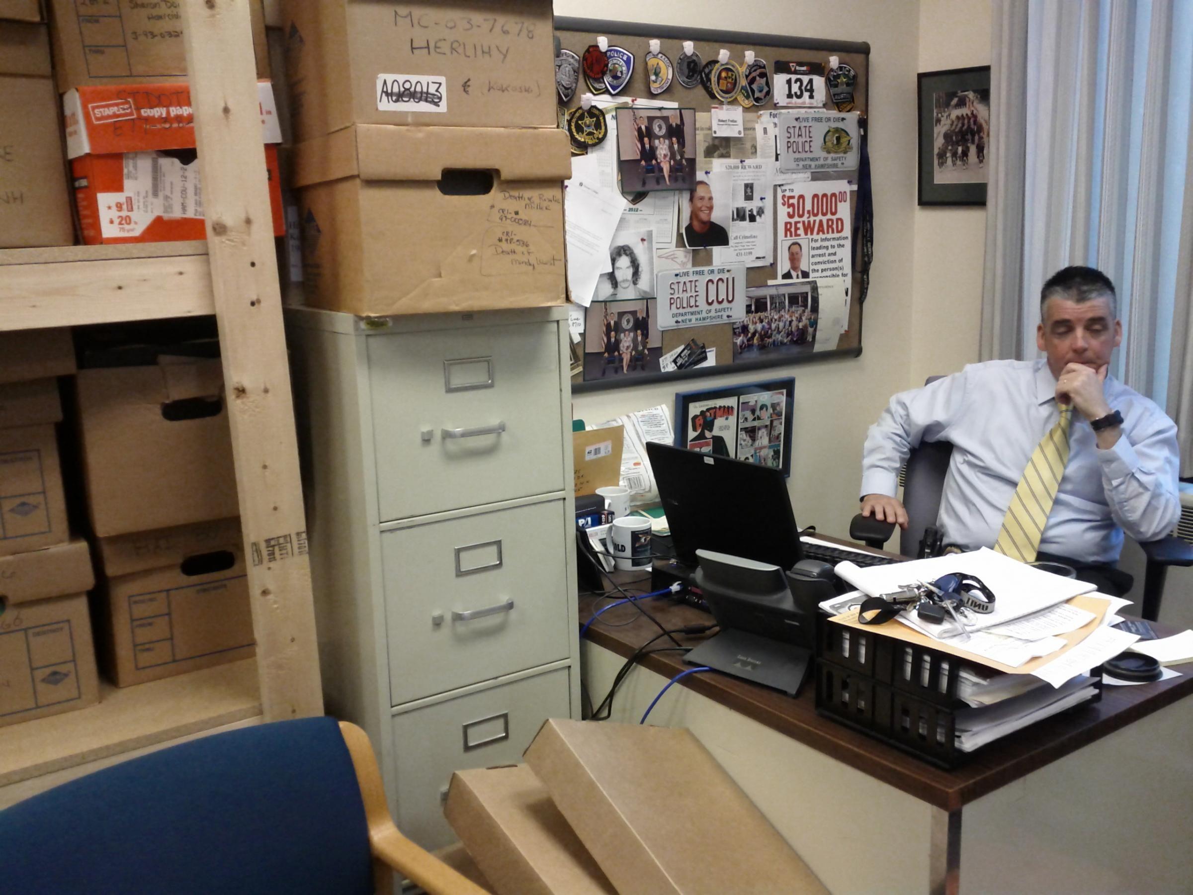Pin by Natt Bayona on PIGMENTOO   Desk, Police detective, Police ...