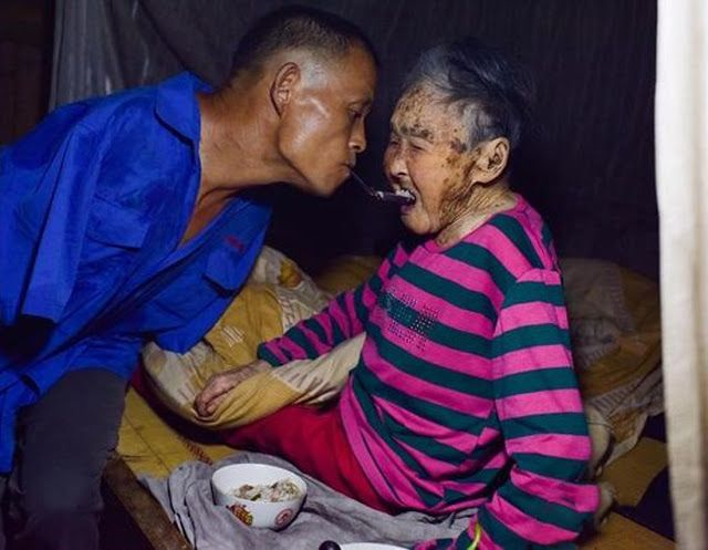 """""""Este granjero sin brazos cuida a su madre de 91 años solo con sus pies"""""""