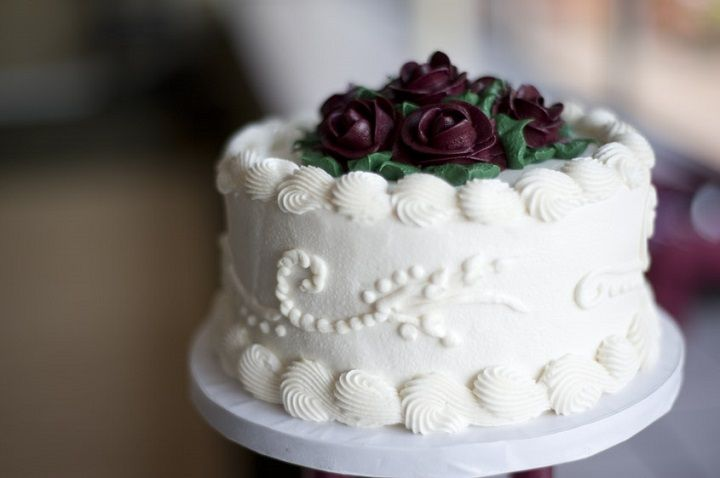 Burgundy cream wedding cake | fabmood.com #weddingcake #singlecake #onetierweddingcake #weddingcakes