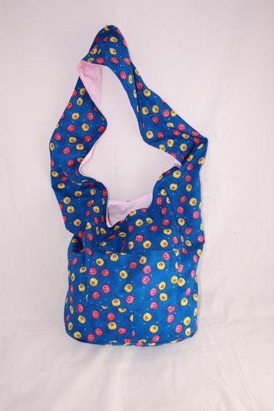 Diese bunte Pilz-Hippie-Tasche mit blauem Hintergrund ist von mir ...