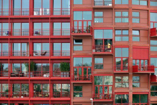 Lokdepot Berlin rot eingefärbter sichtbeton an den wohnhäusern am lokdepot in