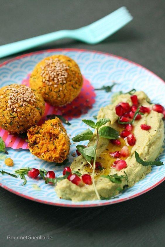 {Vegan & fettarm} Süßkartoffel-Falafeln aus dem Ofen mit Avocado-Hummus und Granatapfel - GourmetGuerilla´s Foxy Food