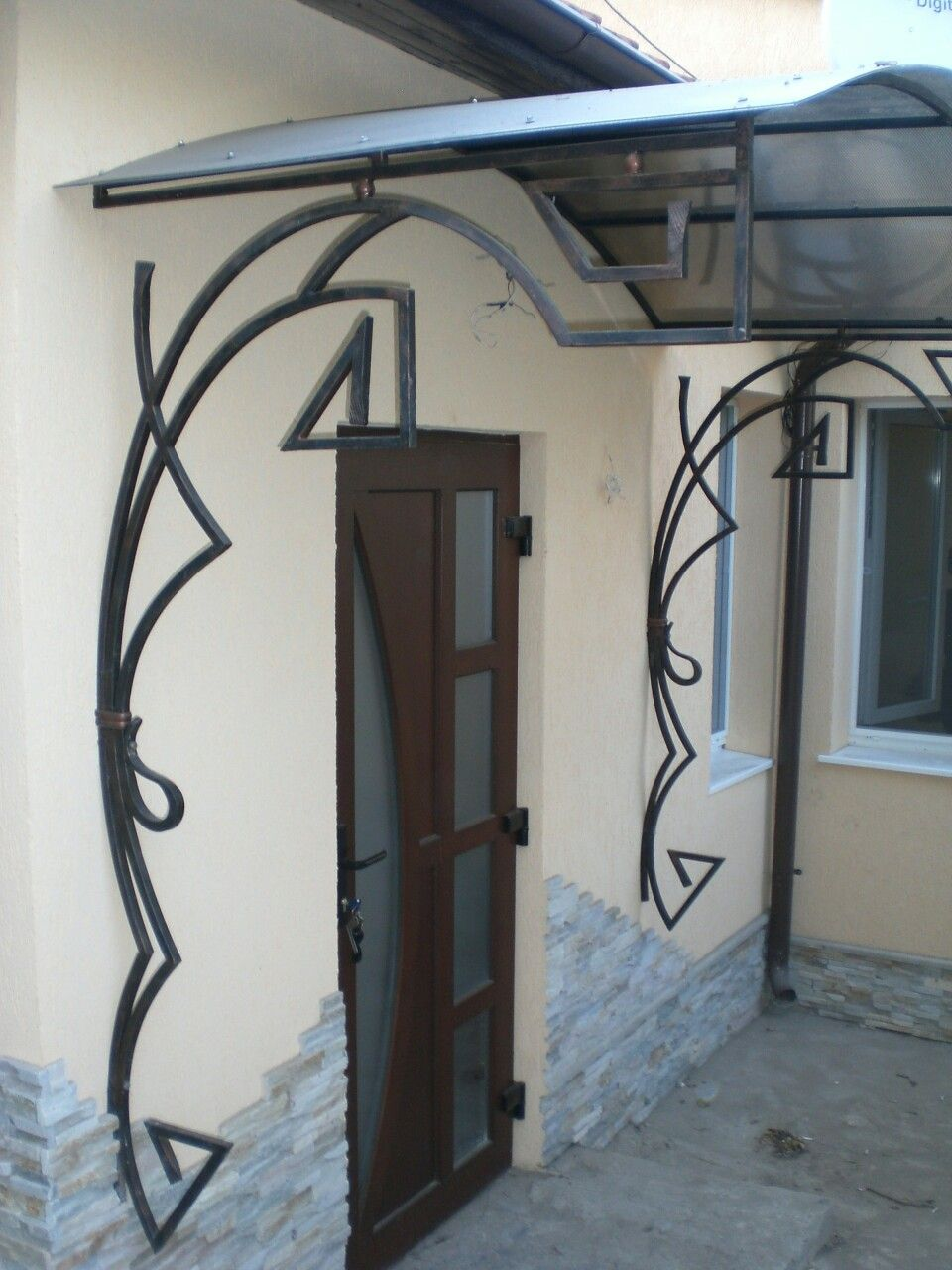 Iron brackets support the rain canopy metals pinterest fer forg auvent et m tal for Auvent fer forge