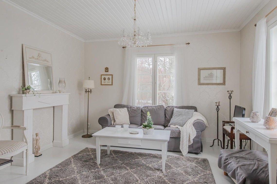 Vanhan puutalon romanttinen olohuone