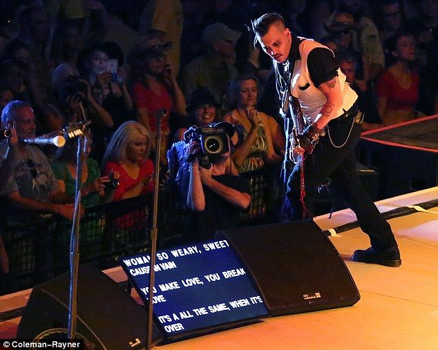 Johnny Depp and Alice Cooper use prompter at Hollywood Vampires ...