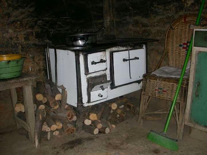 Cocina  de nuestros abuelos  aquel rincón oscuro pero colmado de aromas y sabores deliciosos  .  Uruguay