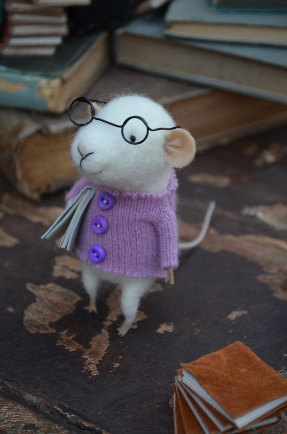 Little felt Reader Mouse with Glasses So cute, love the jumper