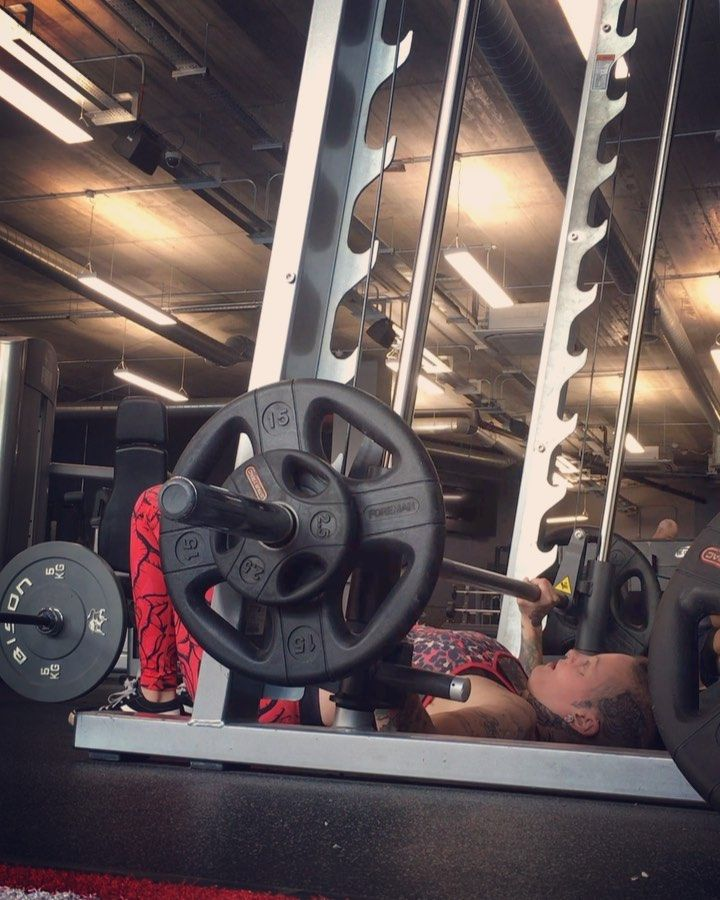 Floor Press again & it really is massively underrated.  Really happy to see my chest contracting so...